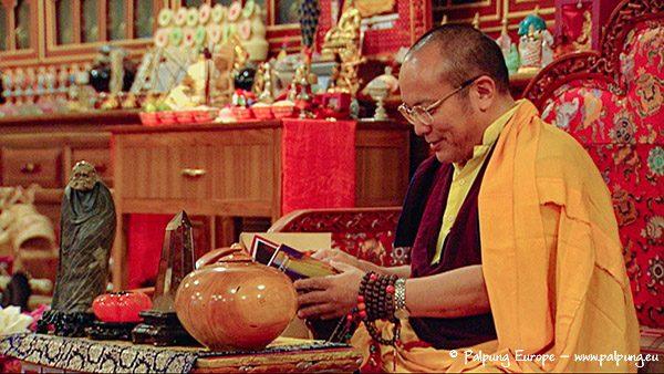 Chamgon Kenting Tai Situ Rinpoche blättert durch Lama Palmos Buch